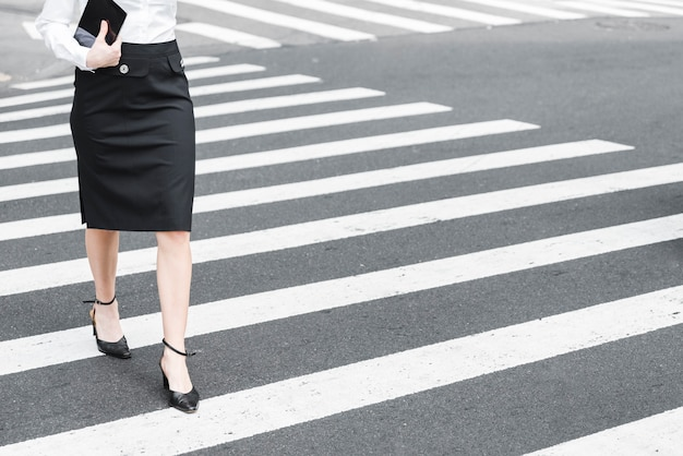 Крупным планом женщина переходит улицу