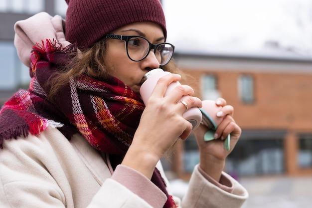 Крупным планом женщина пьет кофе