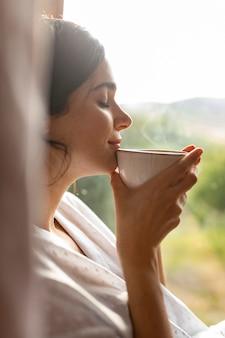 커피를 마시는 여자를 닫습니다