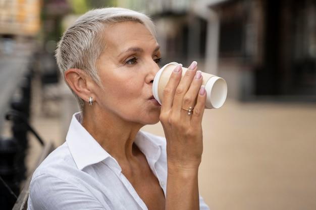 コーヒーを飲む女性をクローズアップ