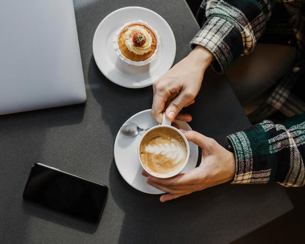 Primo piano di una donna che gode di una pausa caffè