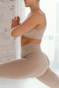 Крупным планом женщина упражнения