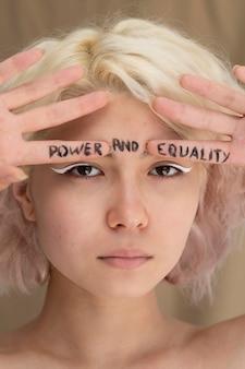 Primo piano sulla donna che esprime il messaggio della rivoluzione