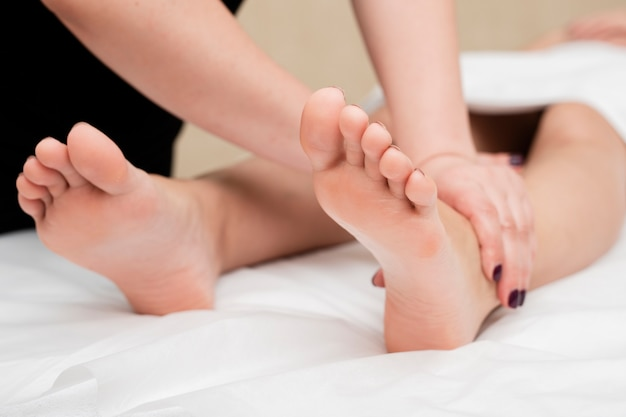 Крупным планом женщина получает массаж ног