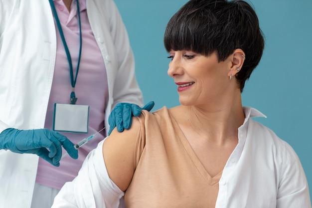 백신을 받고 여자를 닫습니다