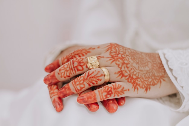 결혼식 동안 여자 손 클로즈업