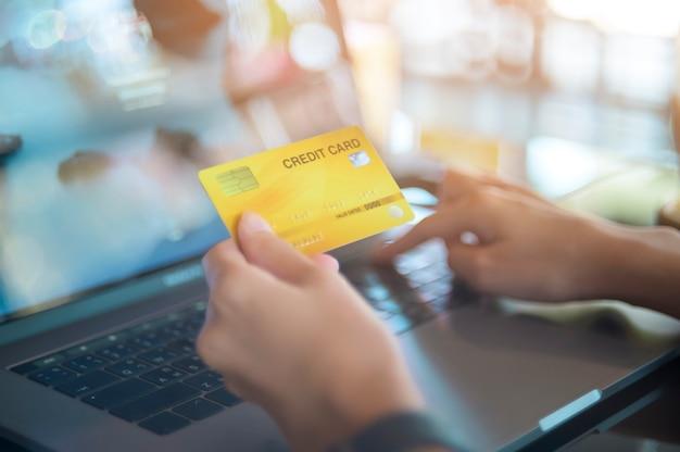 여자 손을 가까이 노트북 컴퓨터를 통해 온라인 쇼핑입니다.