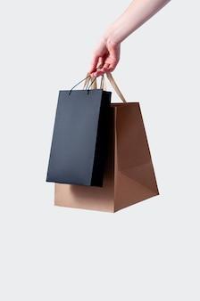 ショッピングバッグで女性の手を閉じる