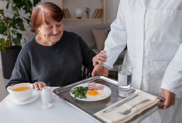 朝食を食べている女性をクローズアップ