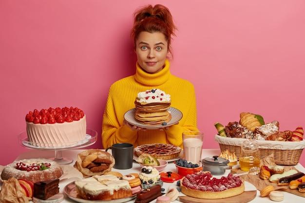 Primo piano sulla donna con un sano pasto dolce
