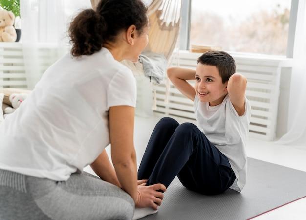 Крупным планом женщина помогает ребенку работать
