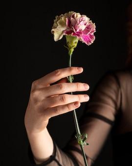 花を持っているクローズアップの女性