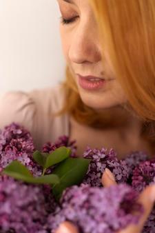 Primo piano donna che tiene in mano bellissimi fiori beautiful