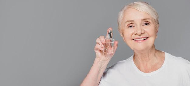 Bottiglia della holding della donna del primo piano