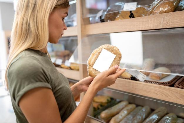 パンを持っている女性をクローズアップ