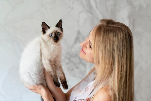 Крупным планом женщина, держащая кошку