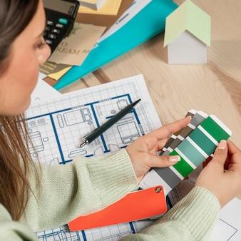 Крупным планом женщина, держащая цветовую палитру