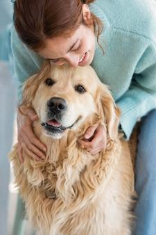 Крупным планом женщина, держащая милую собаку