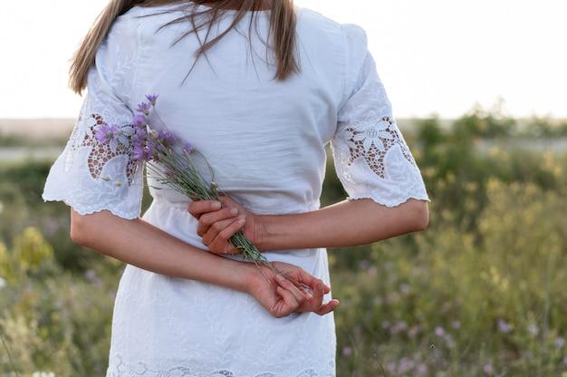 花の花束を保持しているクローズアップの女性