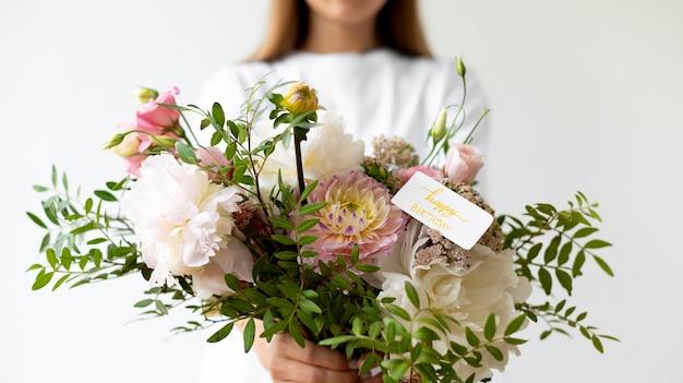 花の花束を保持している女性をクローズアップ