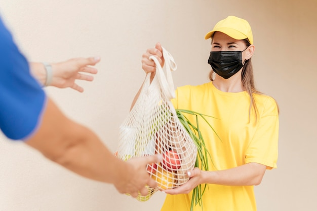 과일 그물을 들고 근접 여자