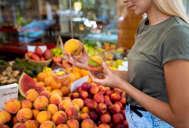 果物を保持している女性をクローズアップ