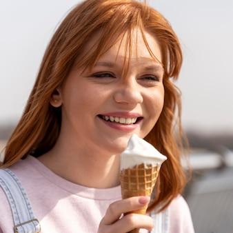 アイスクリームを保持している女性をクローズアップ