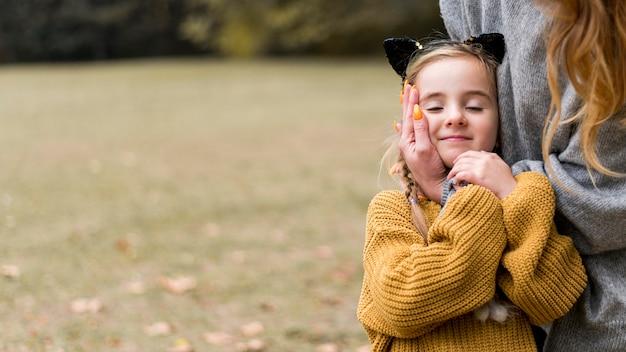 Крупным планом женщина держит маленькую девочку