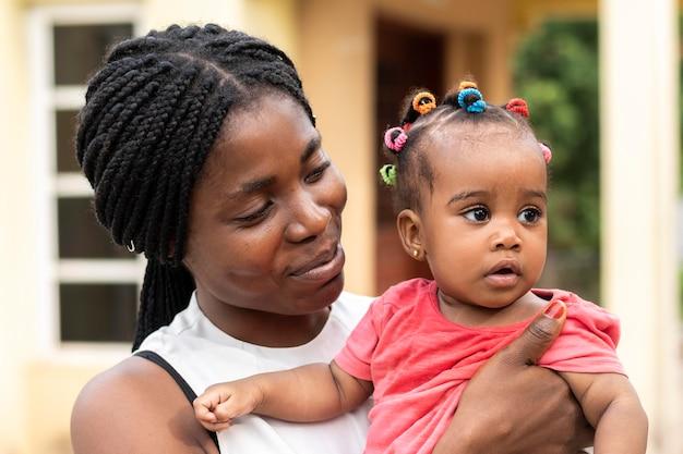 Chiuda sulla donna che tiene bambino piccolo