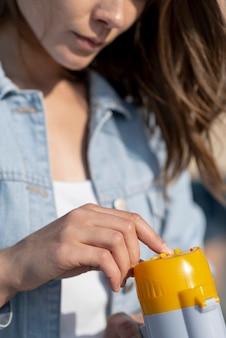 Макро женщина держит мегафон