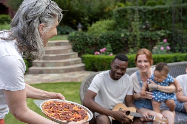 Primo piano donna che tiene la pizza