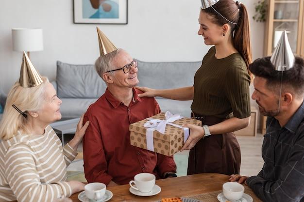 Крупным планом женщина, держащая подарок