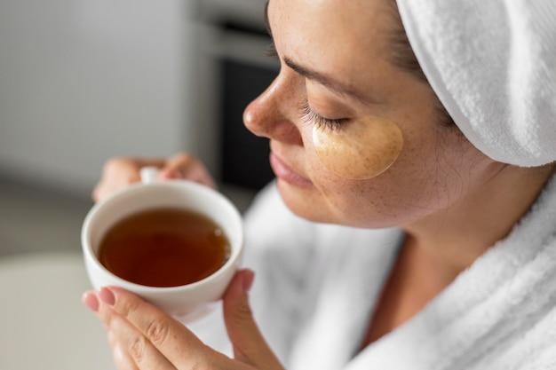 Крупным планом женщина держит чашку чая