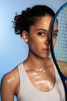 テニスラケットを持っている女性をクローズアップ