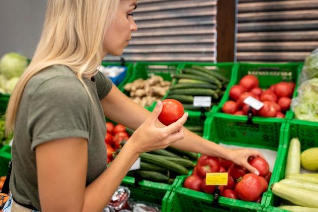 トマトを持っている女性をクローズアップ