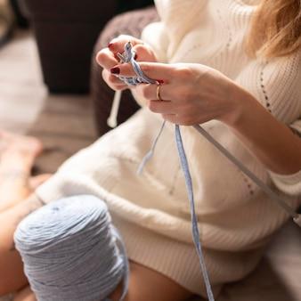 드레스 crocheting에 근접 여자