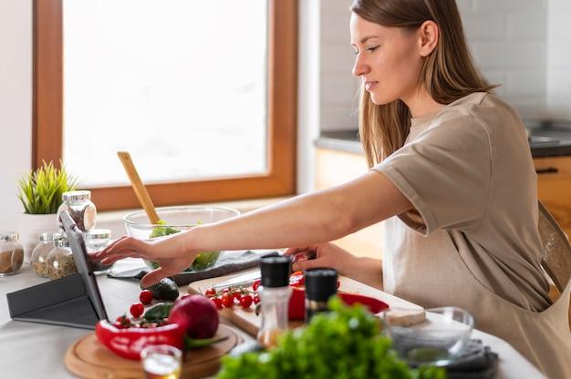 キッチンで女性をクローズアップ