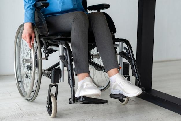 사무실에서 휠체어에 근접 여자