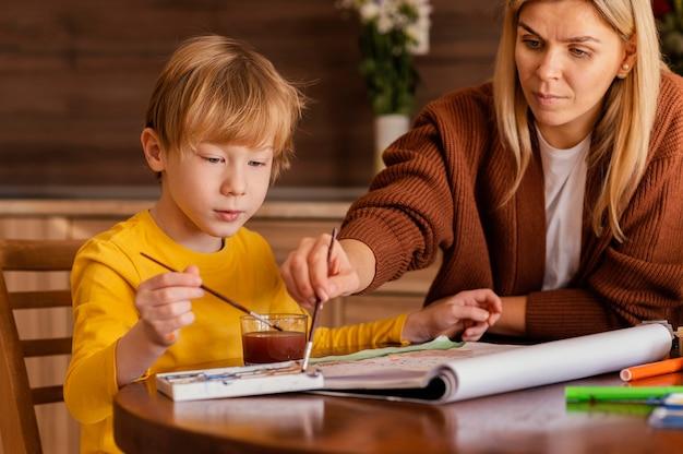 Close-up donna e bambino utilizzando acquerelli