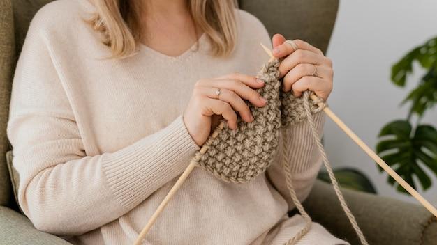 뜨개질을하는 클로즈업 여자 프리미엄 사진