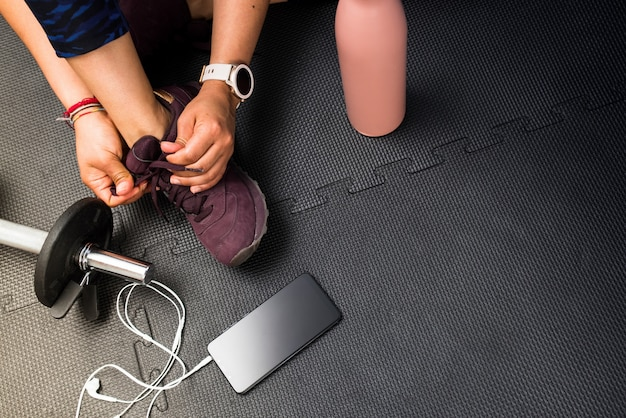 체육관에서 운동을 할 여자 레이싱 신발을 닫습니다