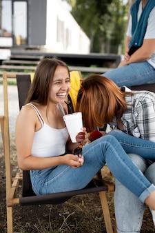 屋外で笑っている女性をクローズアップ