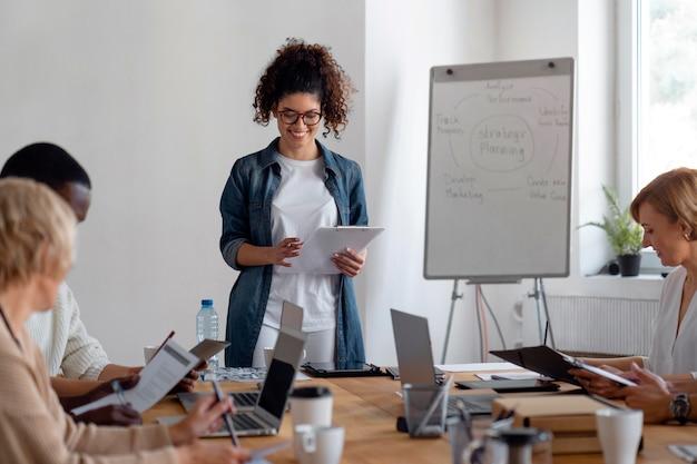 会議をリードする女性をクローズアップ