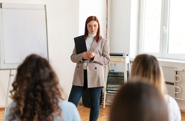 セラピーミーティングをリードする女性をクローズアップ