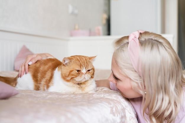 Крупным планом женщина смотрит на кошку