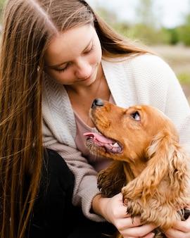 Крупным планом женщина смотрит на свою собаку