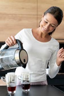 Primo piano sulla donna che fa il caffè