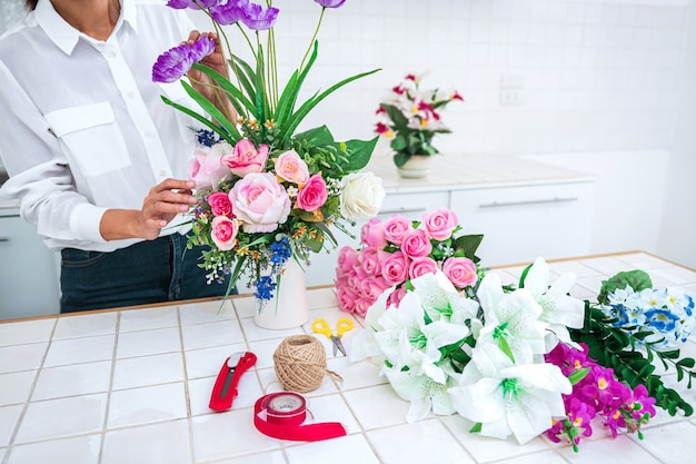 꽃 꽃을 만드는 여자를 닫습니다