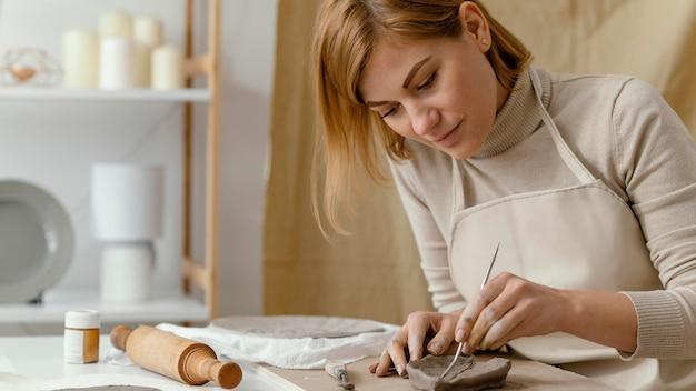 Donna del primo piano che fa una foglia