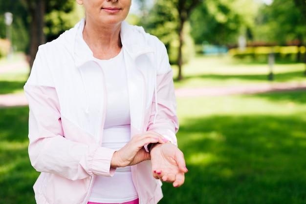 Крупным планом женщина измеряет свой пульс